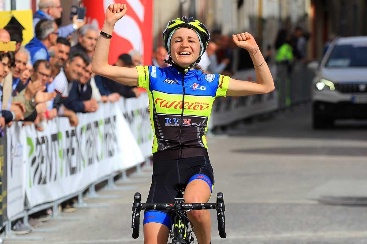 Nicole D'Agostin esulta per la vittoria tra le Donne Junior nella seconda tappa del Giro della Campania in Rosa