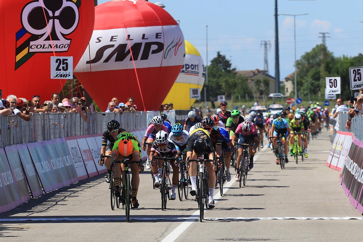 La volata serratissima tra Jolien D'Hoore e Chloe Hosking nella quarta tappa del Giro Rosa 2017