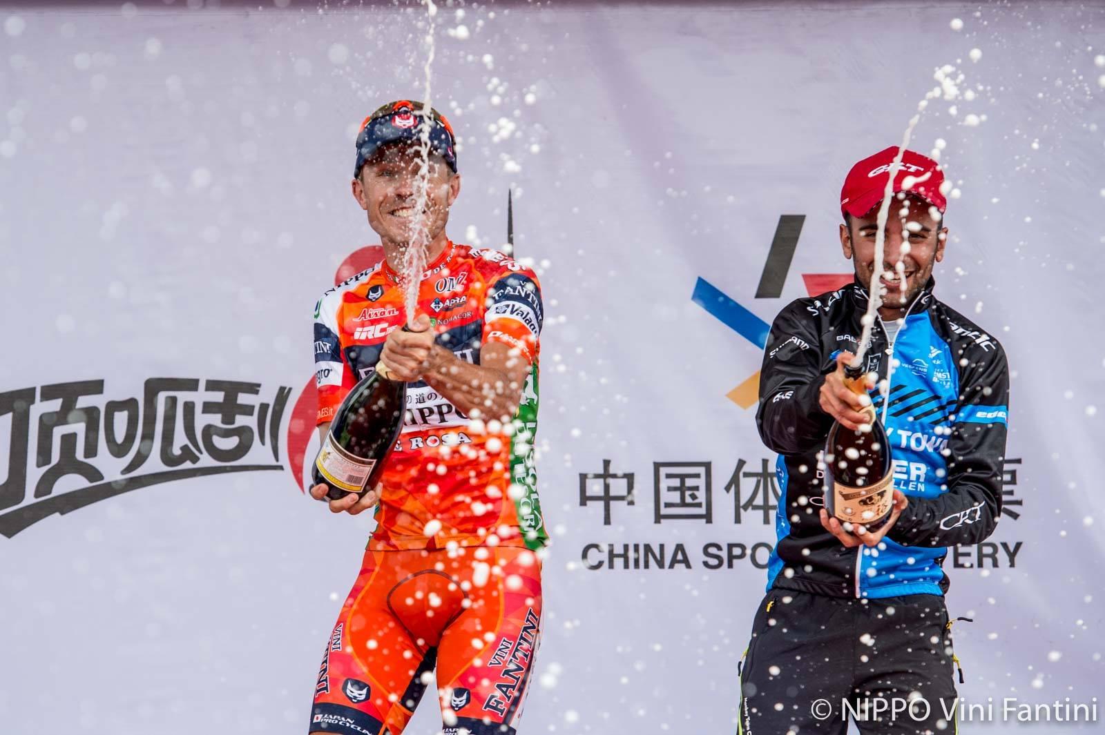 Damiano Cunego festeggia sul podio della sesta tappa del Tour of Qinghai Lake