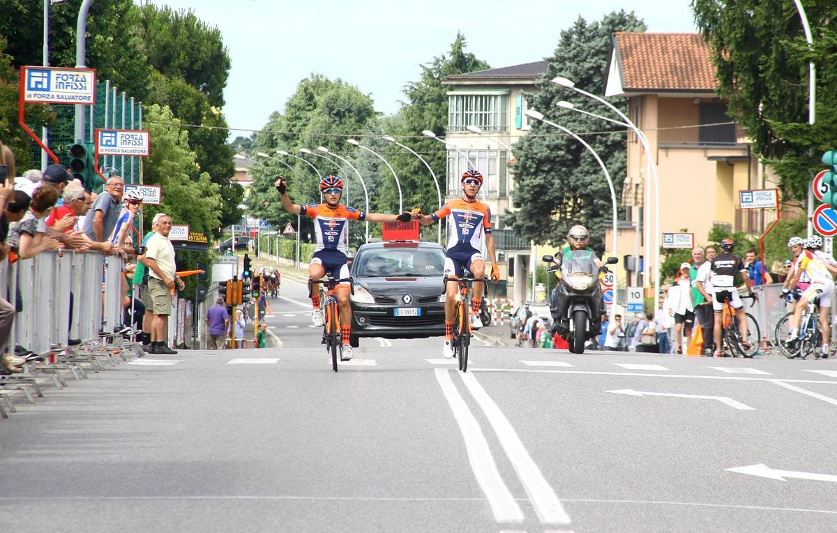 Francesco Galimberti ed Andrea Piccolo arrivano in parata a Calusco d'Adda