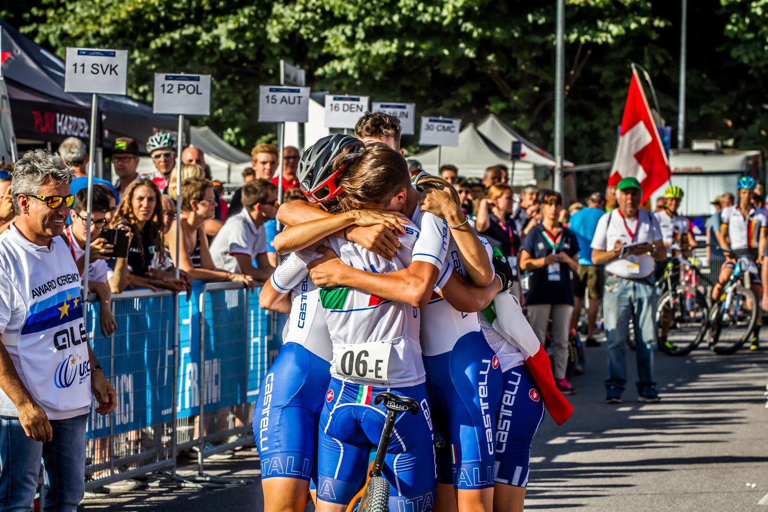 La staffetta italiana festeggia la medaglia di bronzo nel Team Relay