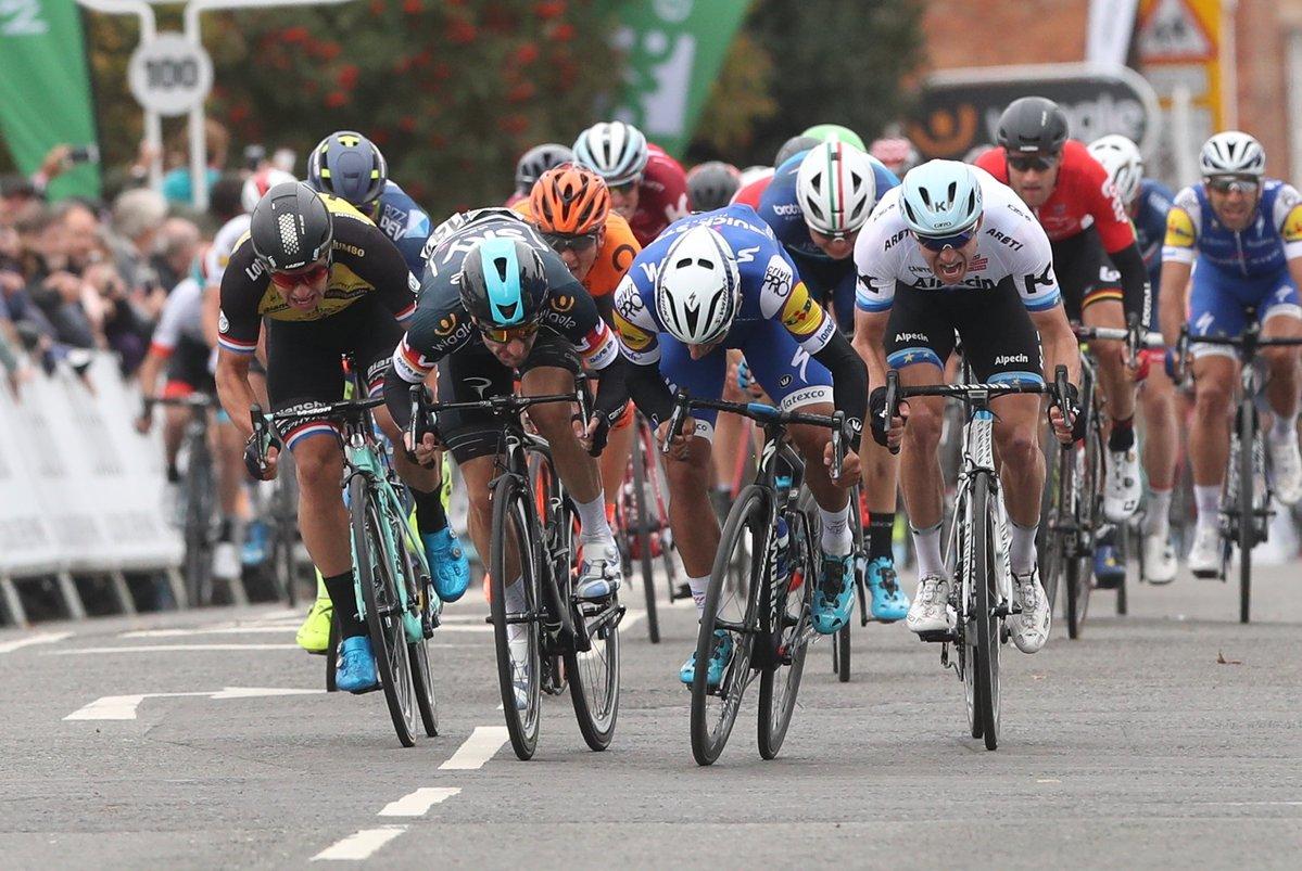 Fernando Gaviria batte Elia Viviani nella quarta tappa del Tour of Britain 2017