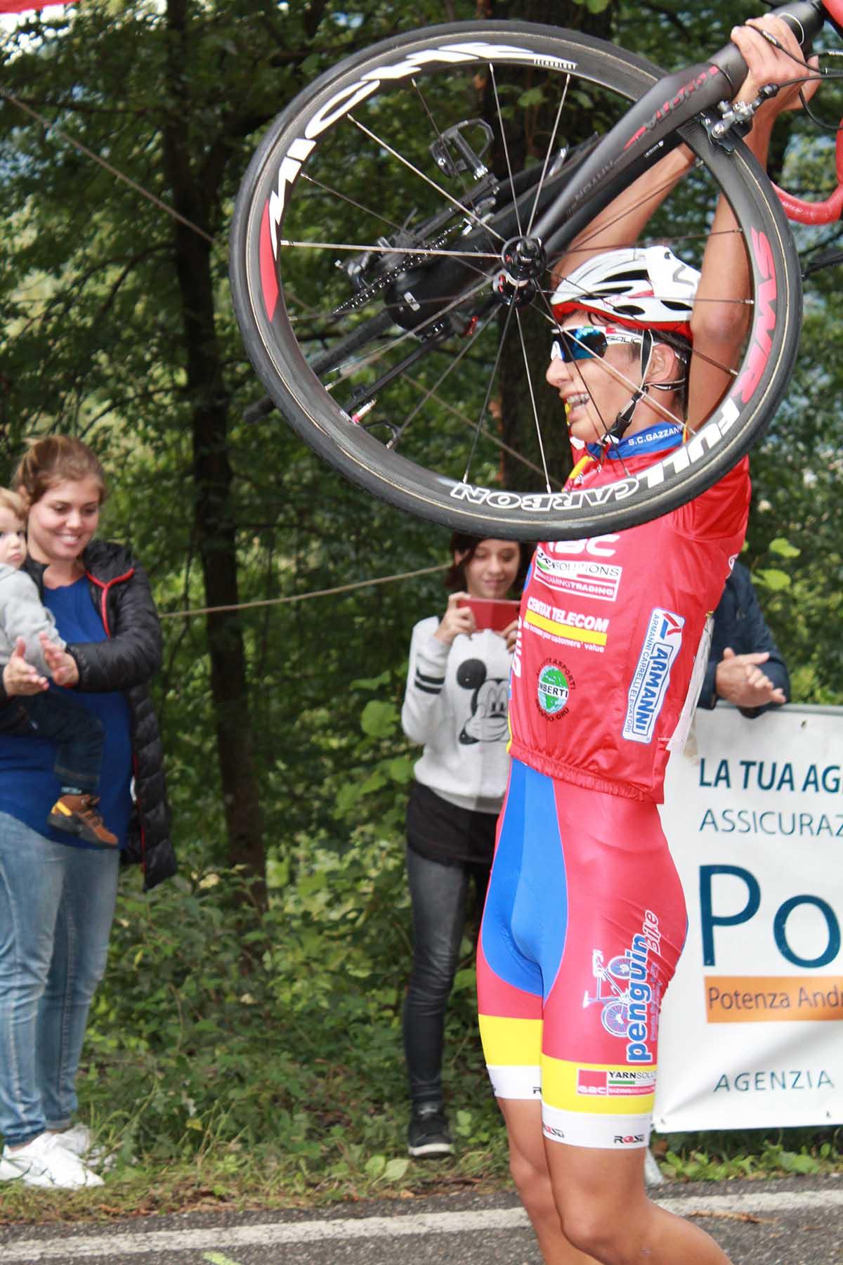 Il bergamasco Luca Donini festeggia la vittoria a Bolzano