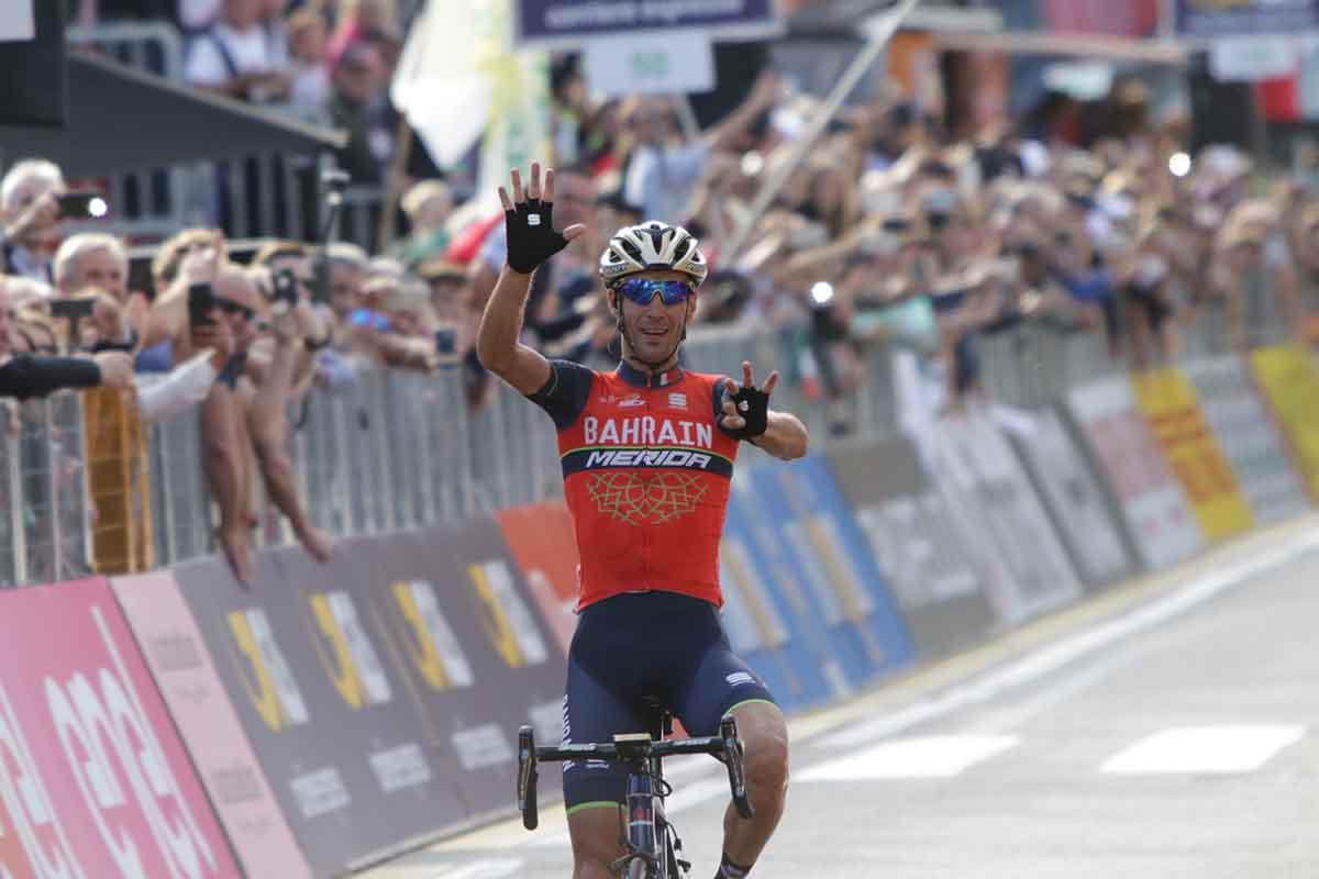 Vincenzo Nibali festeggia sul traguardo di Como la vittoria numero 50 della carriera da professionista