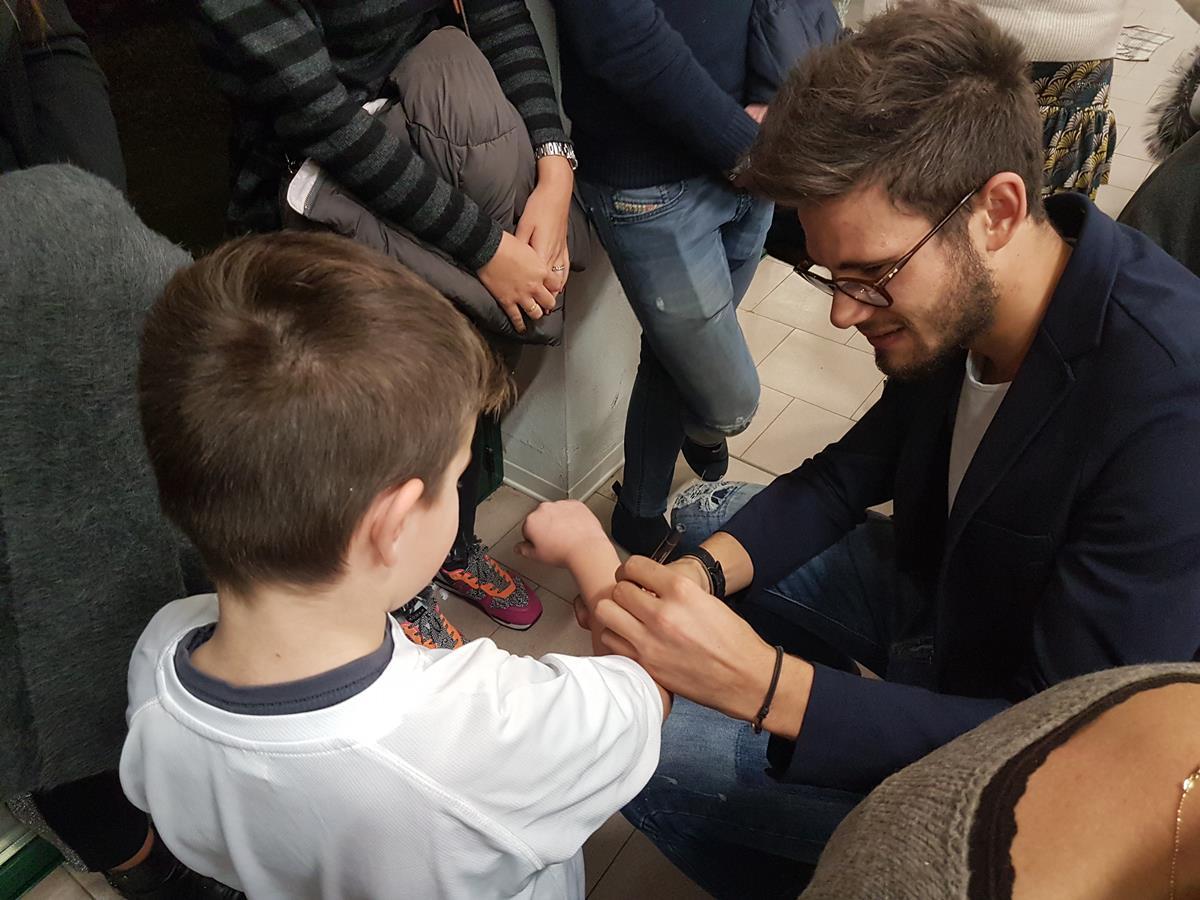 Filippo Gana firma autografi ai piccoli fan
