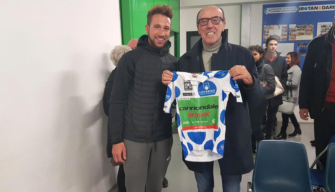 Piermario Rota Nodari riceve la maglia di miglior scalatore da Davide Villella