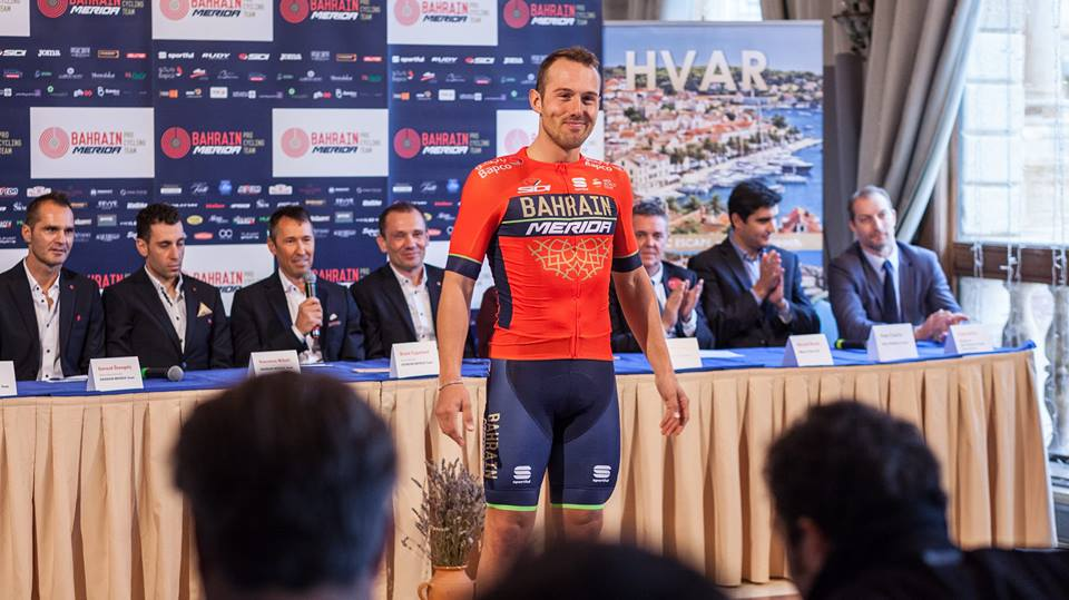 Sonny Colbrelli mostra la nuova maglia della Bahrain Merida