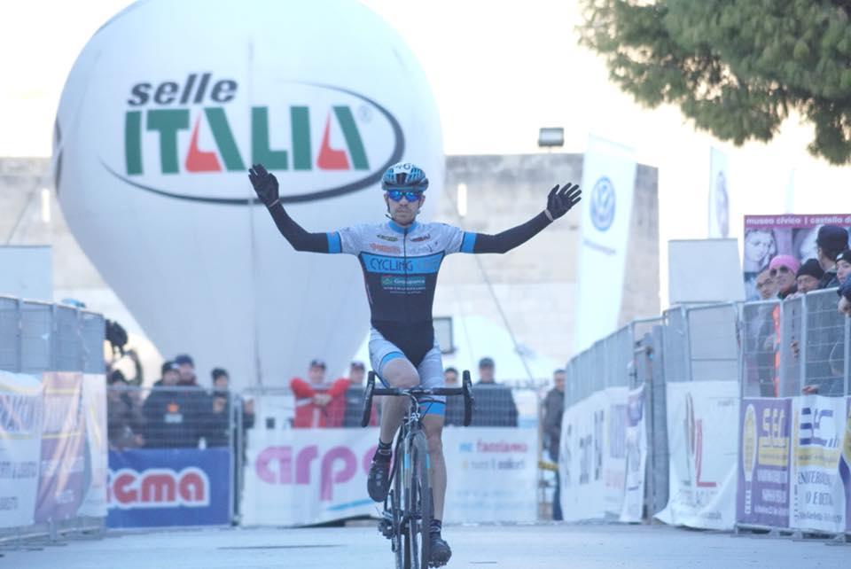 Cristian Cominelli vince la gara open di Barletta del Giro d'Italia Ciclocross