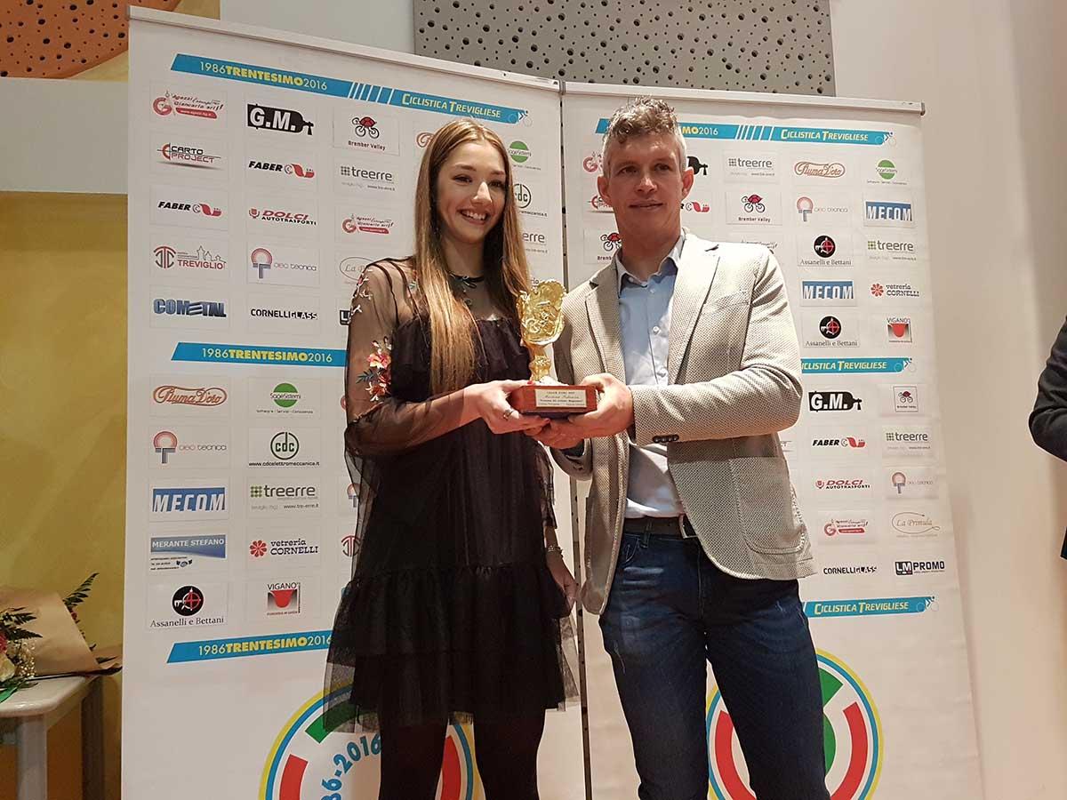 Paolo Savoldelli consegna il Calice d'Oro 2017 a Martina Fidanza