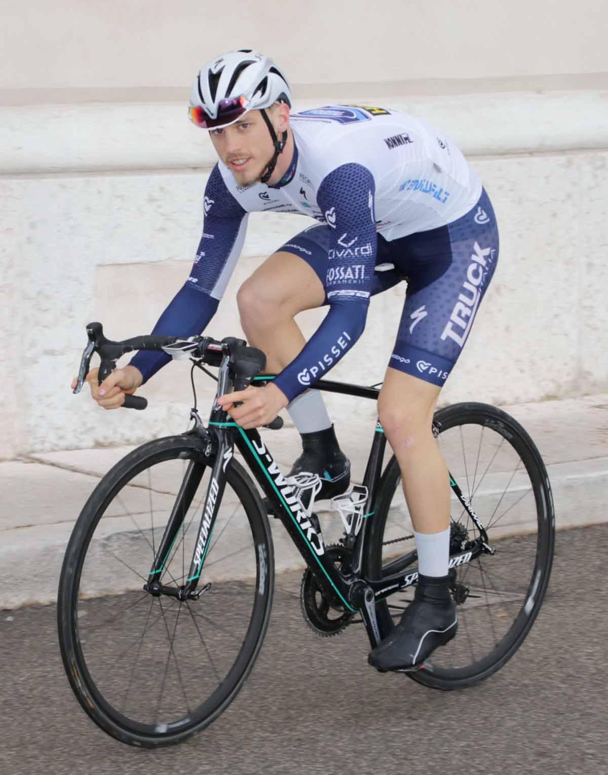Leonardo Fedrigo pedala nella sua Verona