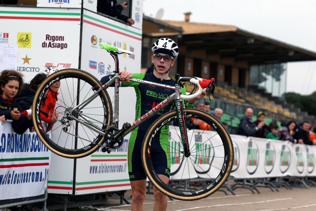 Davide De Pretto esulta per la vittoria del Campionato Italiano Ciclocross Allievi 2° anno