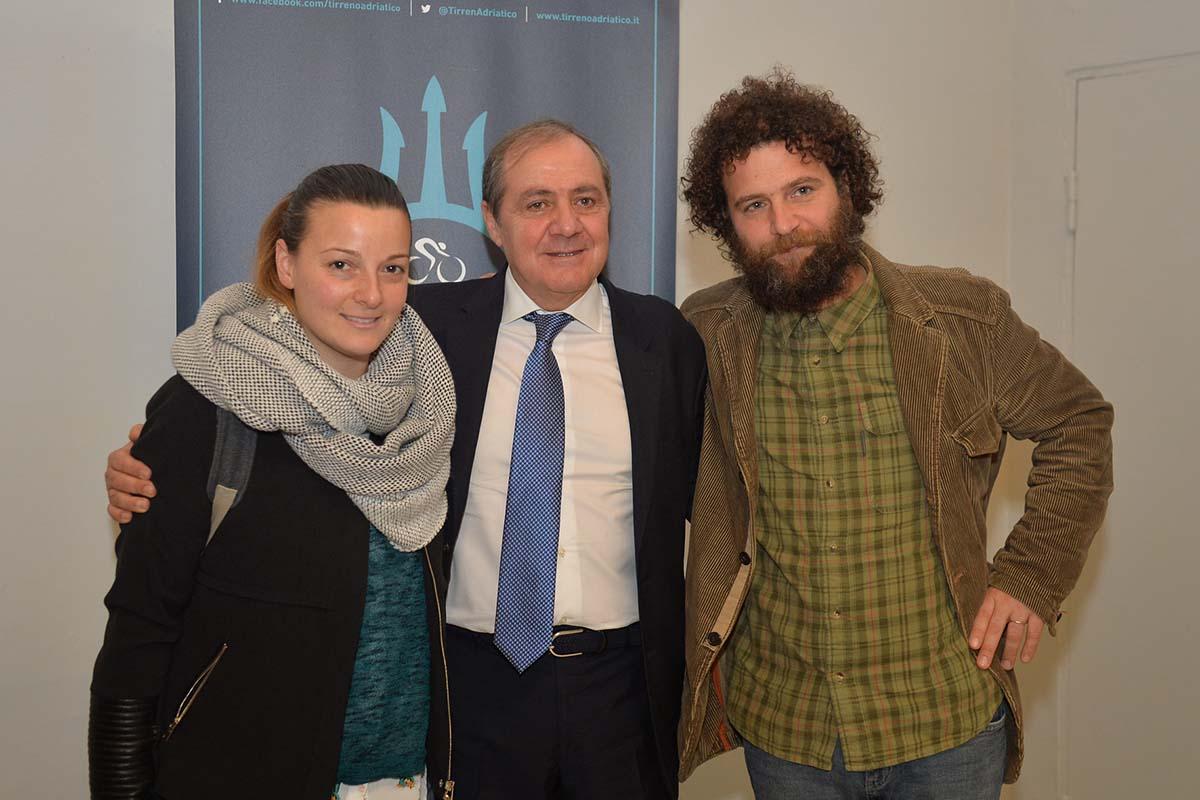Mauro Vegni, Direttore degli Eventi Ciclismo di RCS Sport, con i fratelli di Michele Scarponi, Silvia e Marco, presenti in sala