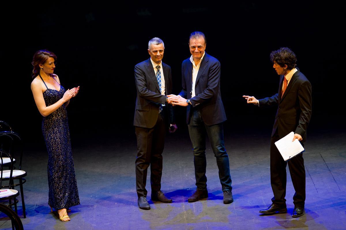 La stretta di mano tra Gabriele Marchesani, CEO di Europa Ovini e Valentino Sciotti, CEO di Farnese Vini sancisce l'unione