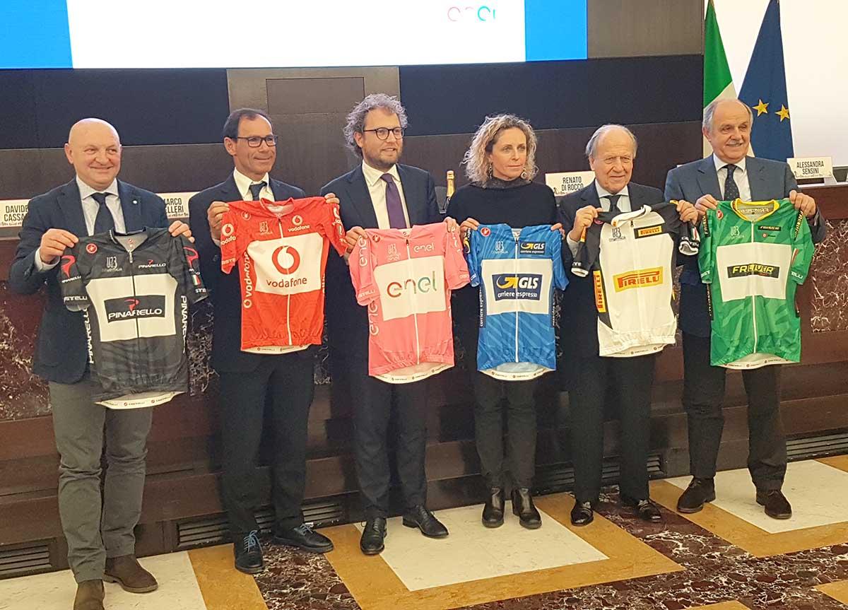 Le autorità mostrano le maglie del Giro d'Italia Under 23 2018
