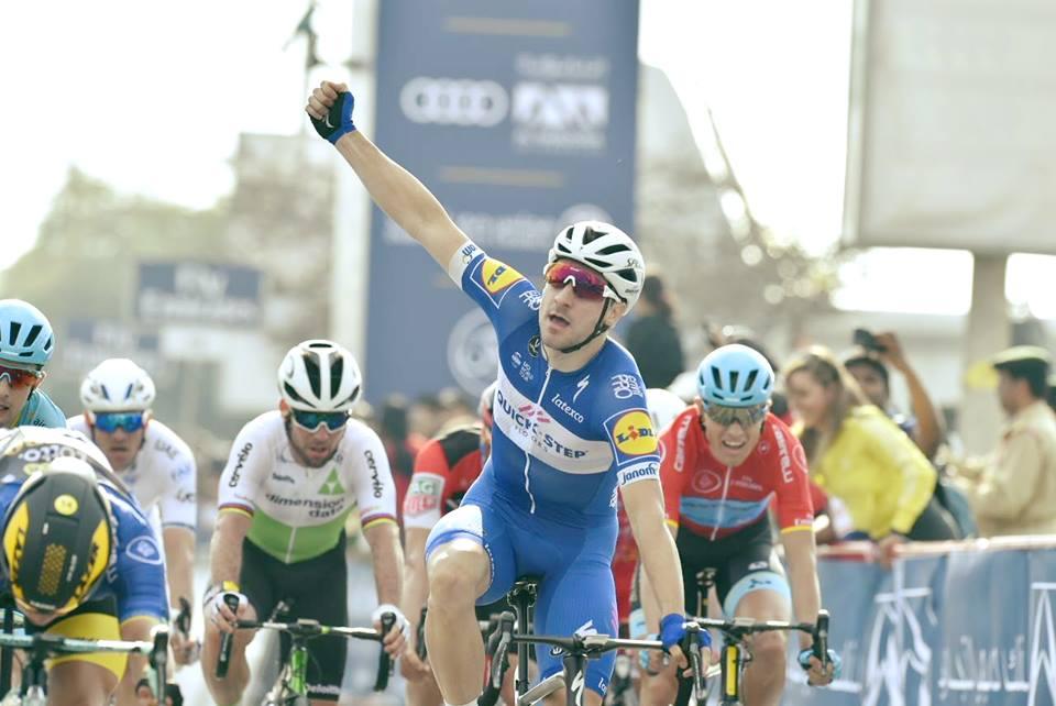 Elia Viviani festeggia il compleanno con la vittoria nella seconda tappa del Dubai Tour