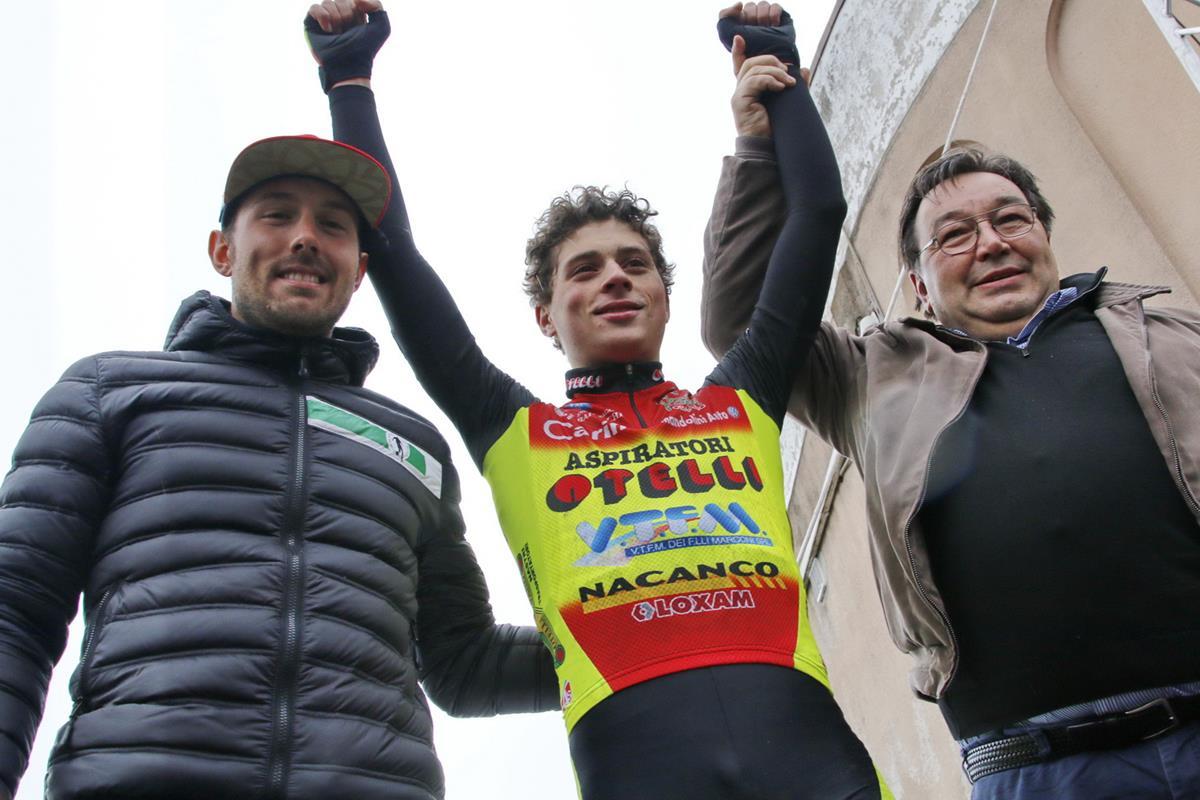 Alex Raimondi festeggiato dal suo presidente Giancarlo Otelli e da Sonny Colbrelli