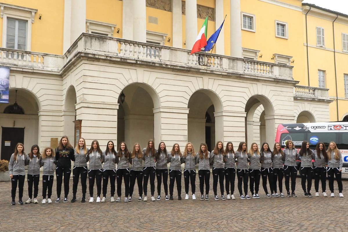 La ragazze di VO2 Team Pink posano davanti al Teatro Municipale di Piacenza