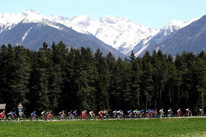 Un suggestivo passaggio della tappa odierna del Tour of the Alps