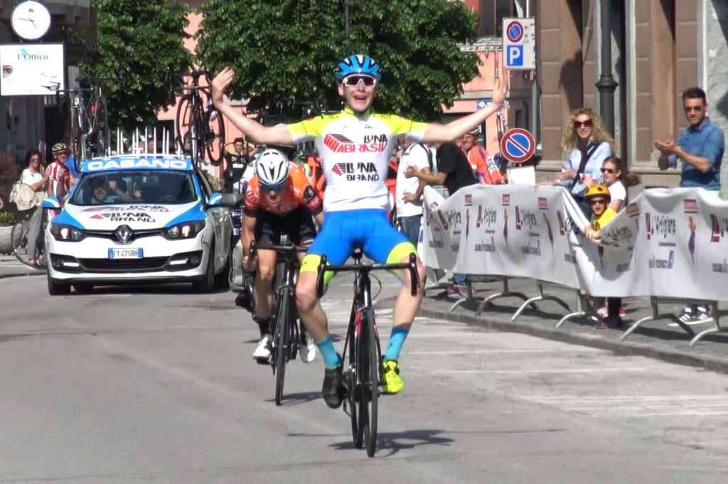 Gianmaria Bertolini vince la gara di Caraglio