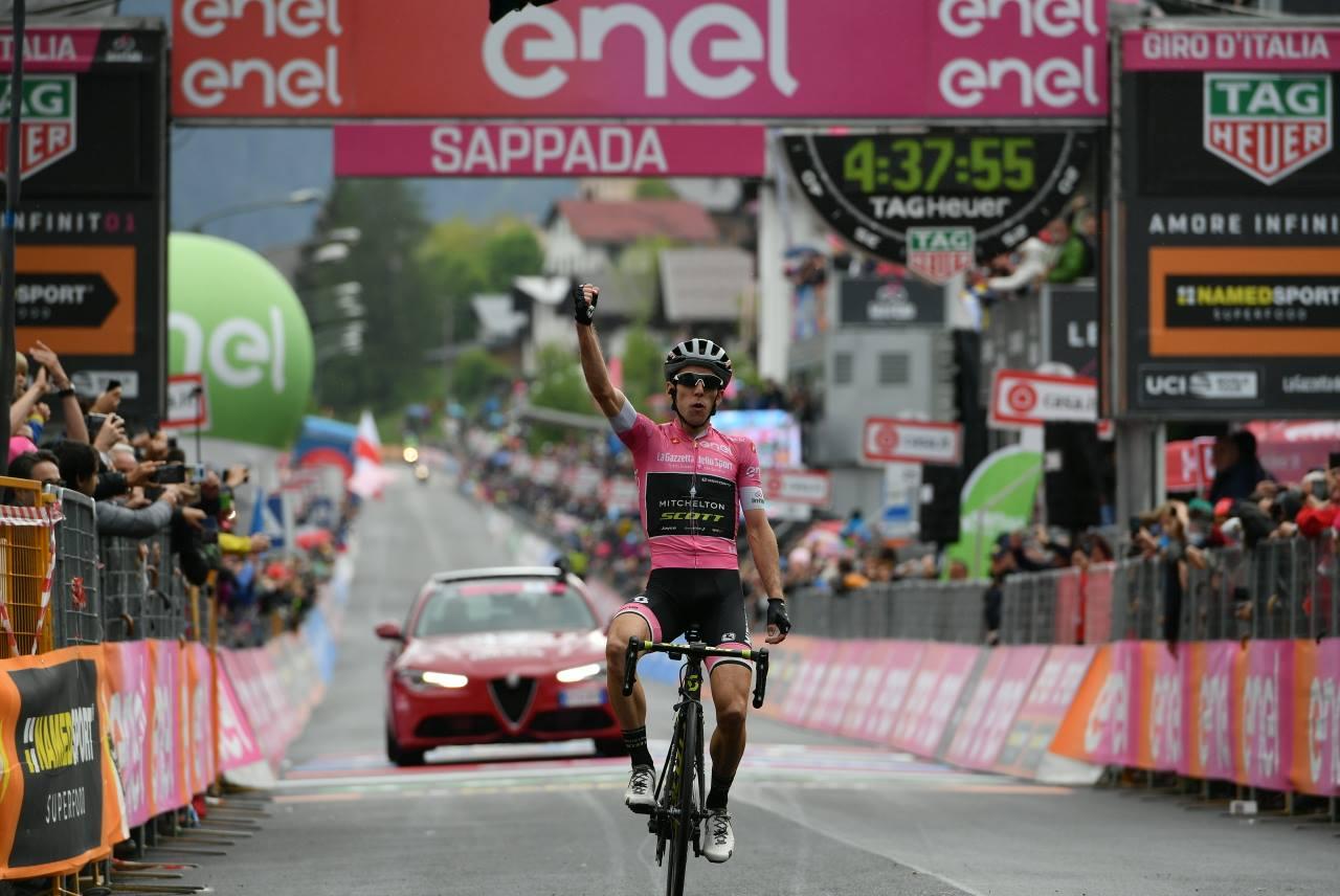 Simon Yates in maglia rosa vince anche a Sappada
