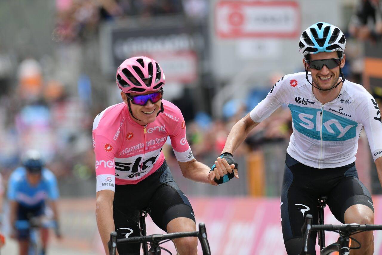 Wout Poels festeggia col suo capitano Chris Froome la vittoria al Giro