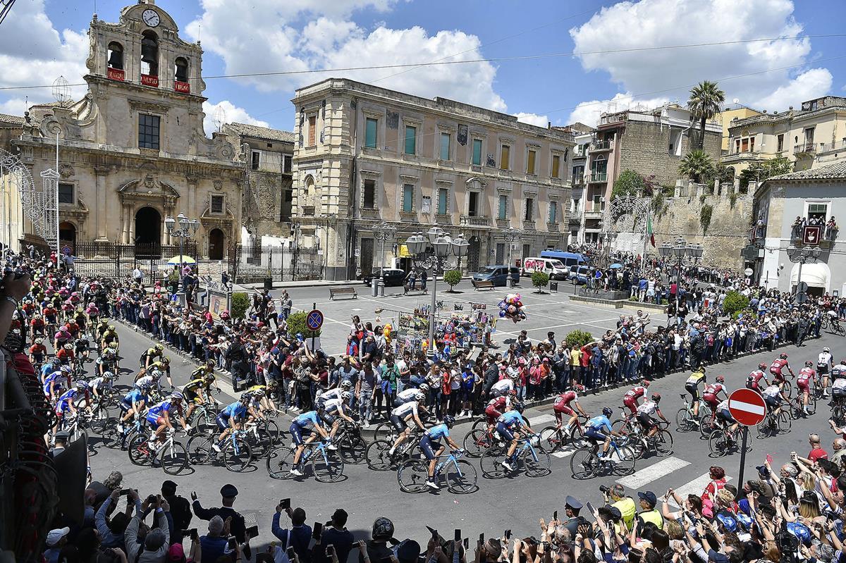 Bagno di folla in Sicilia per il Giro