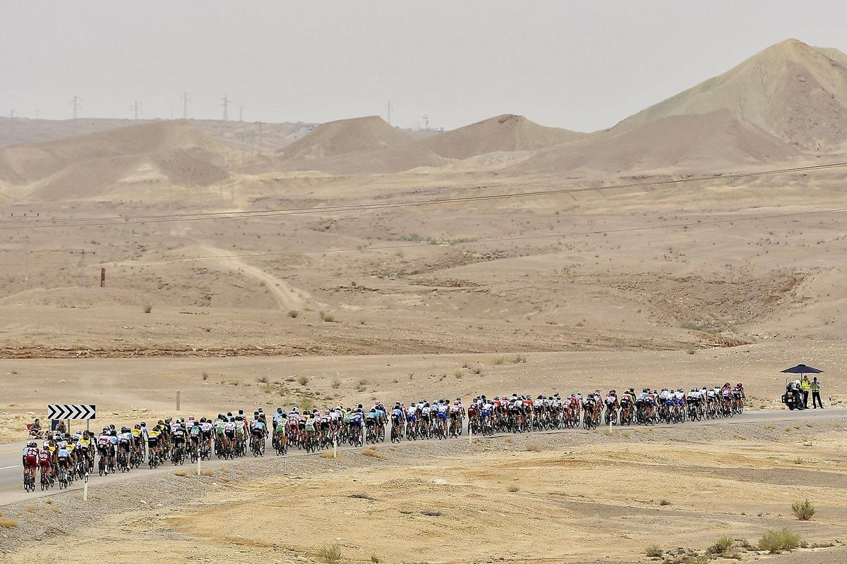 Suggestivo passaggio del Giro nel deserto diNegev