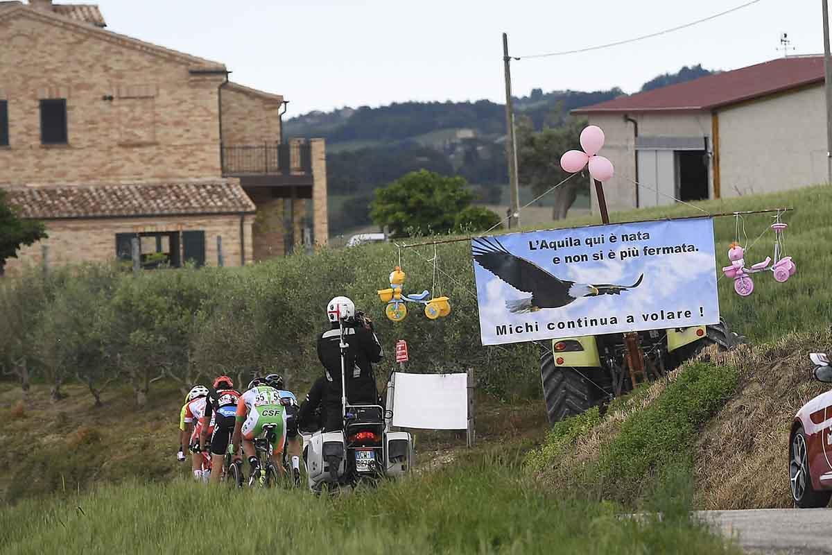 Il passaggio del Giro da Filottrano, il paese natale di Michele Scarponi, durante l'undicesima tappa