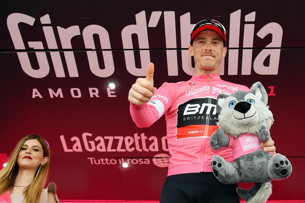 Rohan Dennis festeggia un altro giorno in maglia rosa (foto LaPresse)