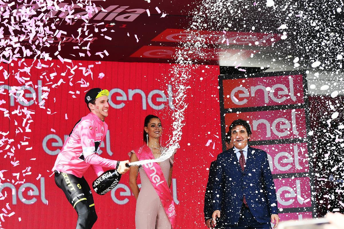 Simon Yates soffre ma difende la maglia rosa a Prato Nevoso