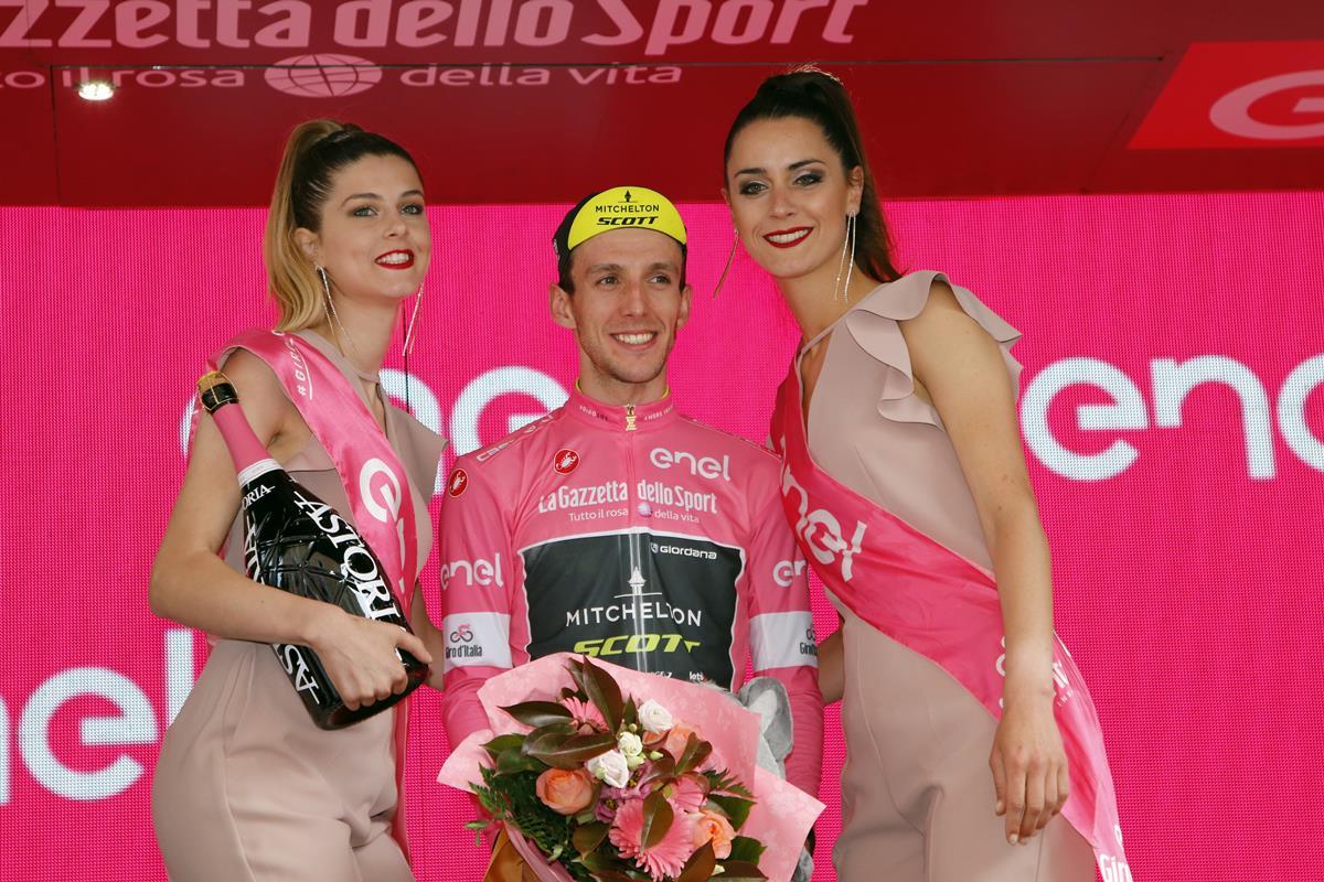 Simon Yates rafforza il suo primato e la maglia rosa a Osimo