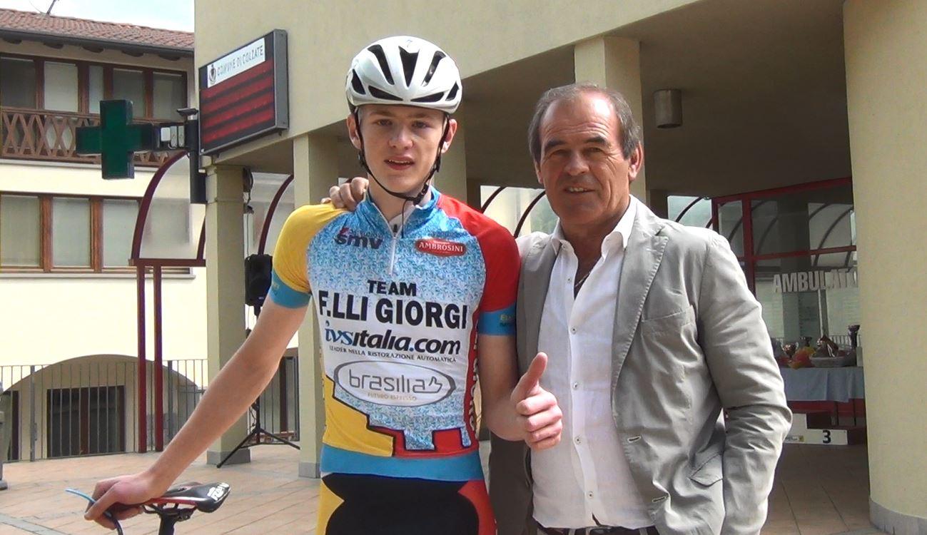 Il presidente Carlo Giorgi festeggia la vittoria di Marco Pavesi