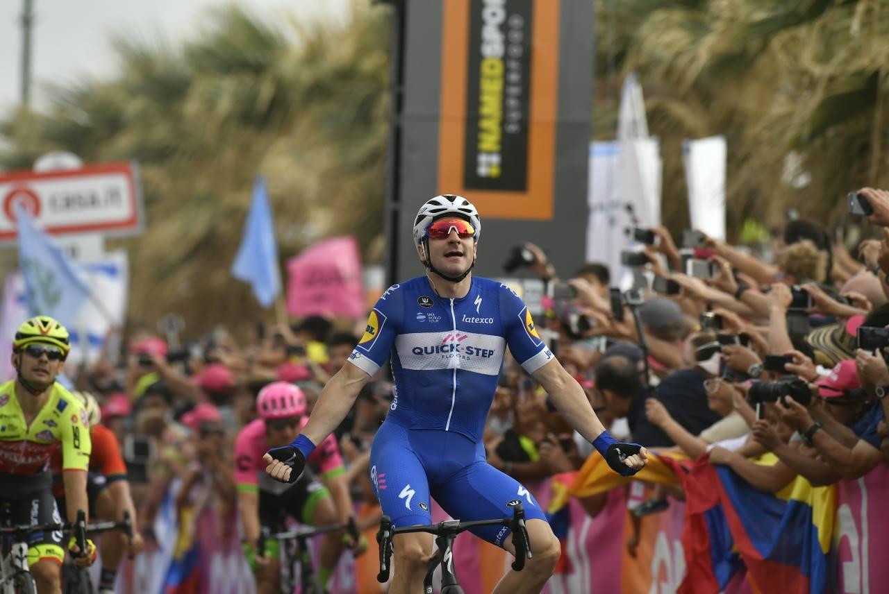 Elia Viviani vince la seconda tappa del Giro d'Italia 2018