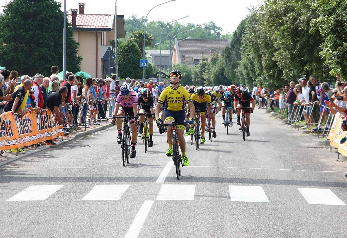 La volata del gruppo per il secondo posto vinta da Mirko Fontana su Daniele Bono