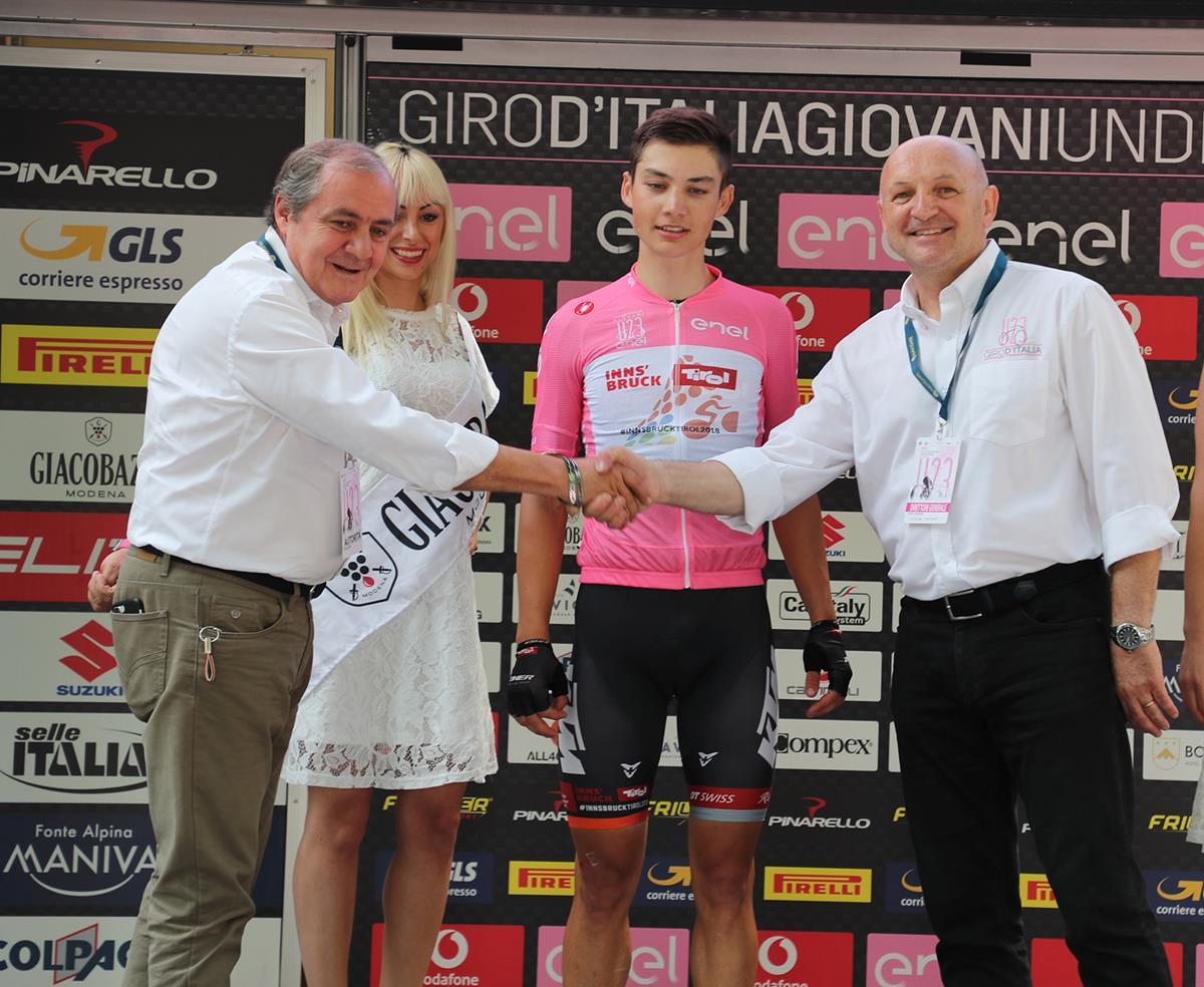 La maglia rosa Markus Wildauer premiato dal Mauro Vegni e Marco Selleri