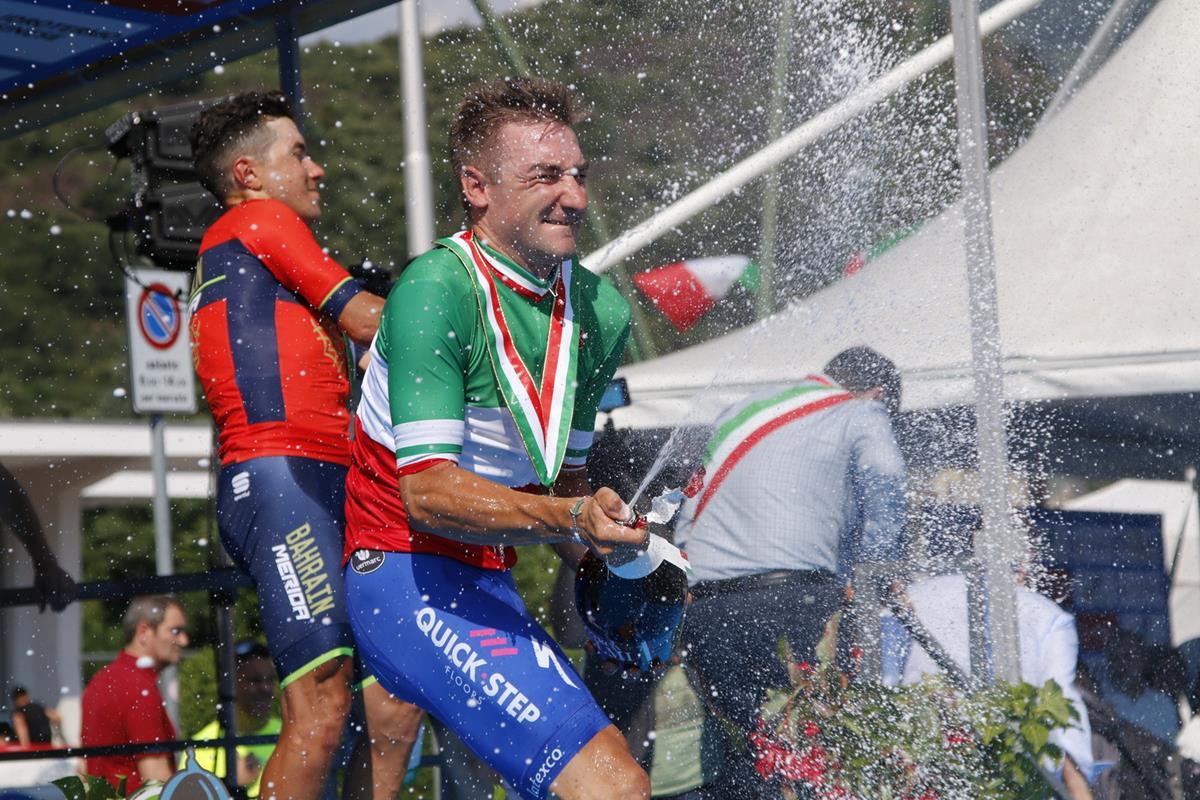 Elia Viviani festeggia la maglia tricolore a Darfo Boario Terme