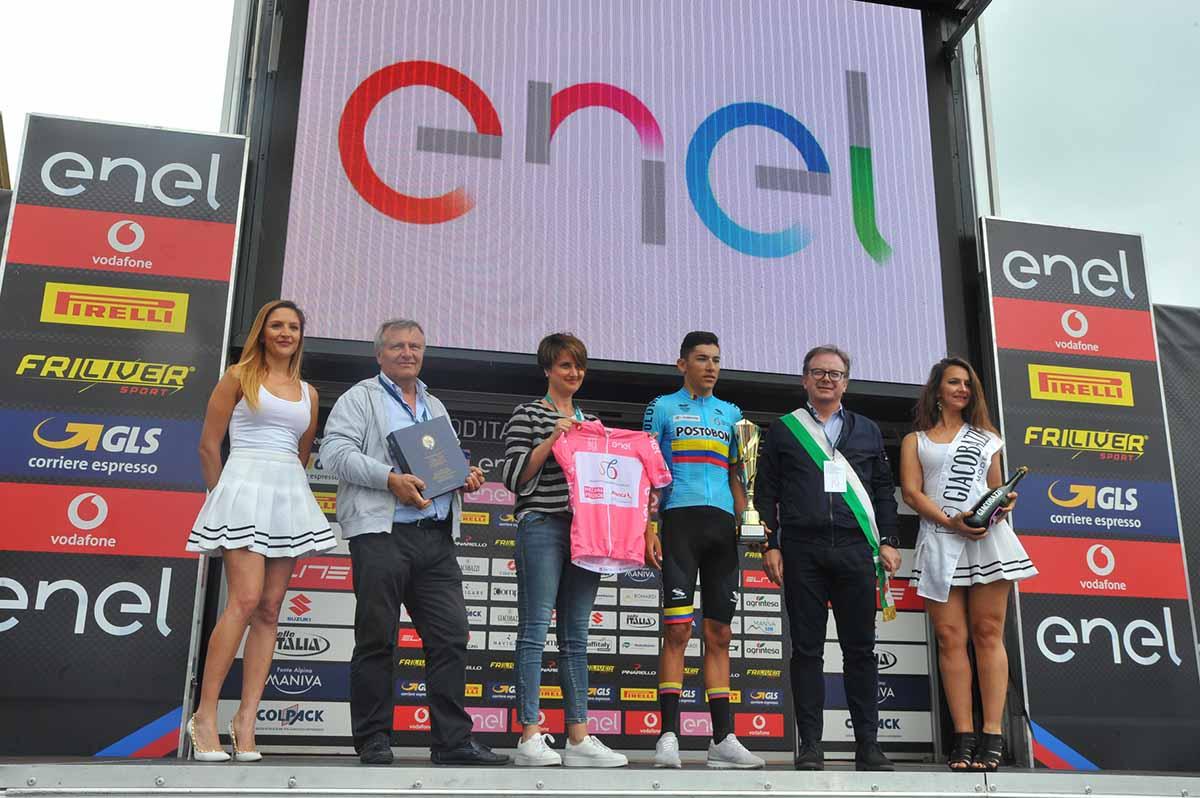 La premiazione del vincitore e maglia rosa Alejandro Osorio