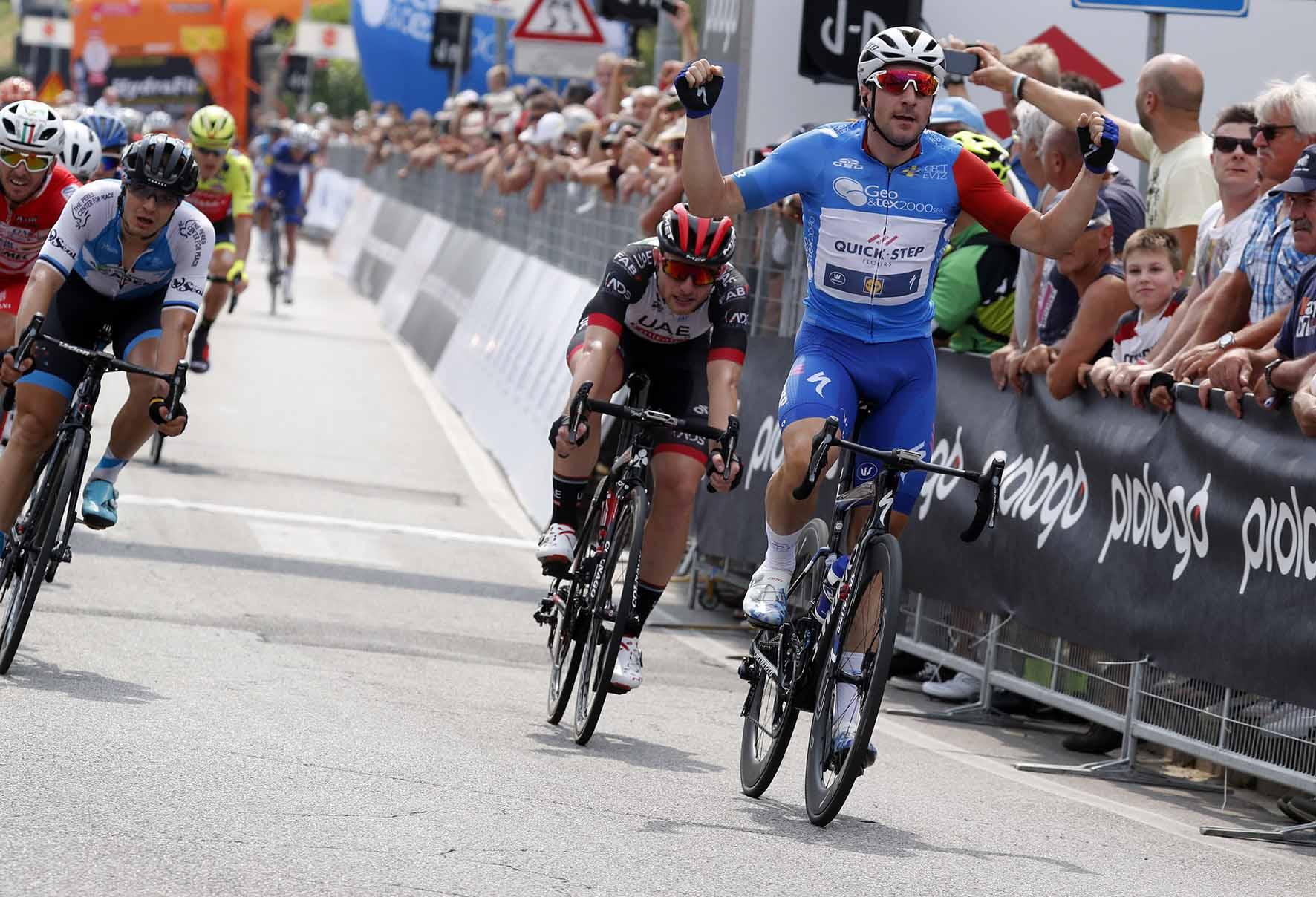 Elia Viviani vince la seconda tappa dell'Adriatica Ionica Race 2018