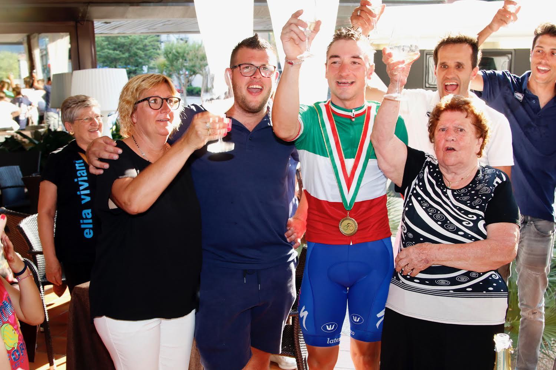 Elia Viviani festeggiato dai familiari