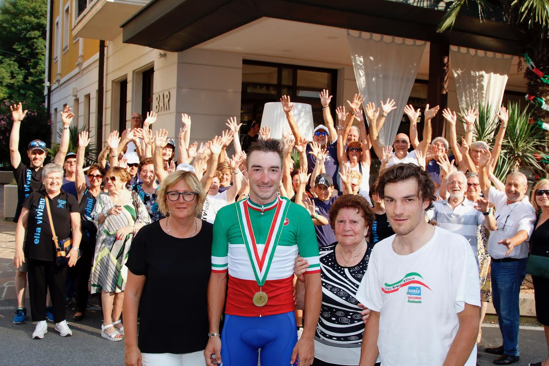 Elia Viviani festeggiato dalla famiglia e dai tifosi