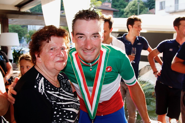 Il neo campione italiano Elia Viviani con nonna Gina