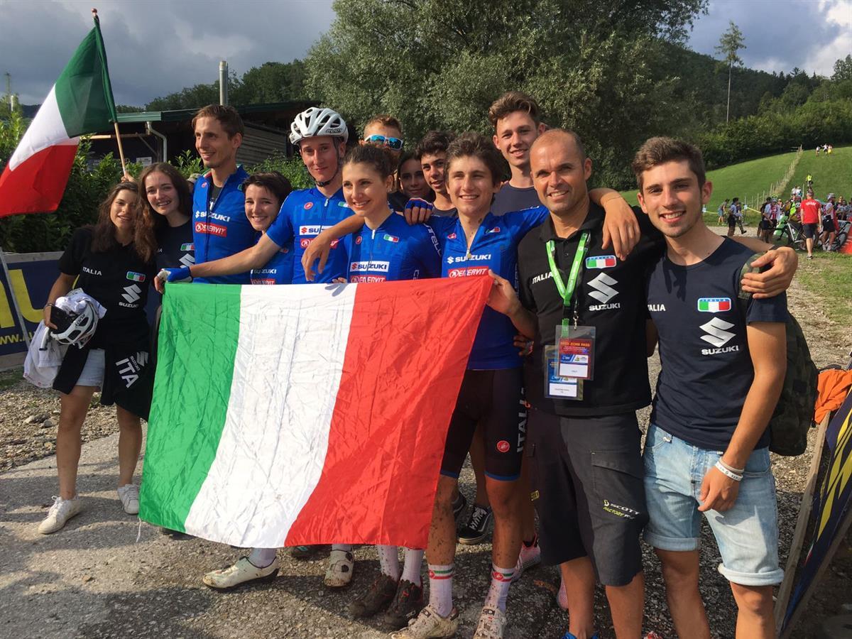 Gli azzurri festeggiano la vittoria del Campionato Europeo Team Relay