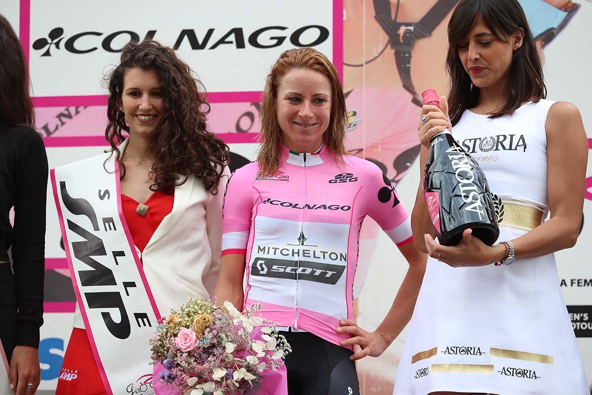 Annemiek Van Vleuten indossa la maglia rosa a Campo Moro