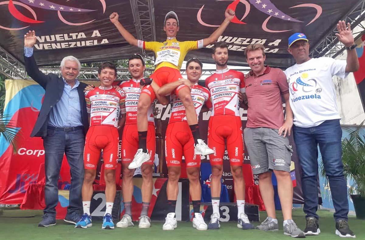 Matteo Spreafico festeggiato dal team per la vittoria della Vuelta a Venezuela 2018