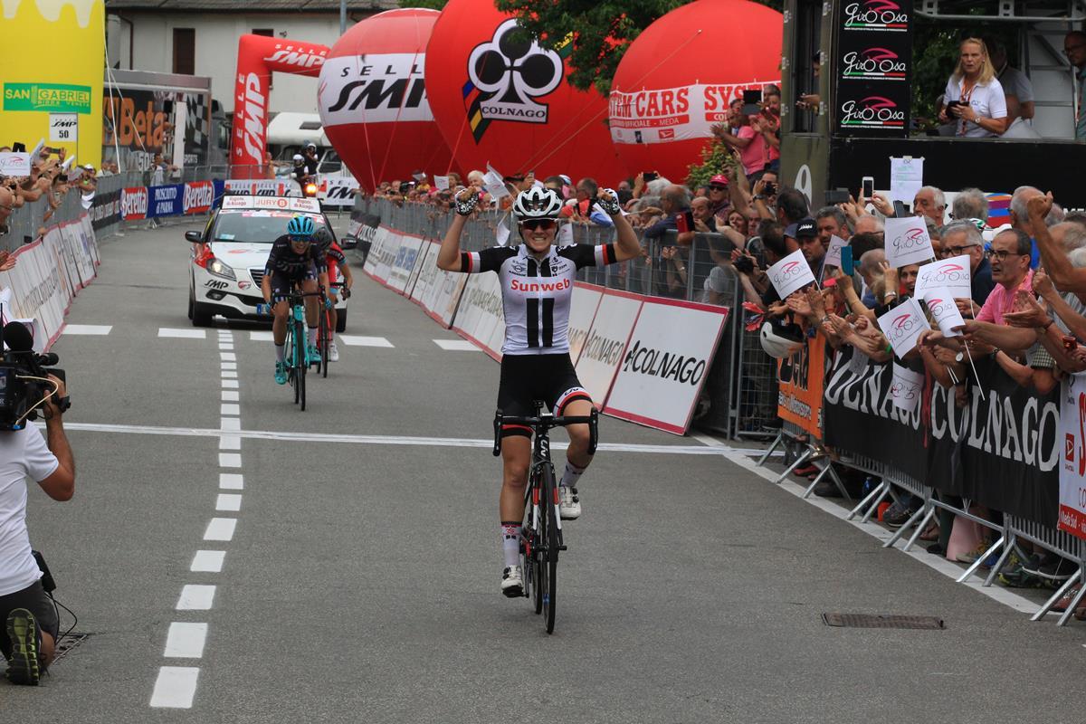 Ruth Winder vince la quinta tappa del Giro Rosa a Omegna