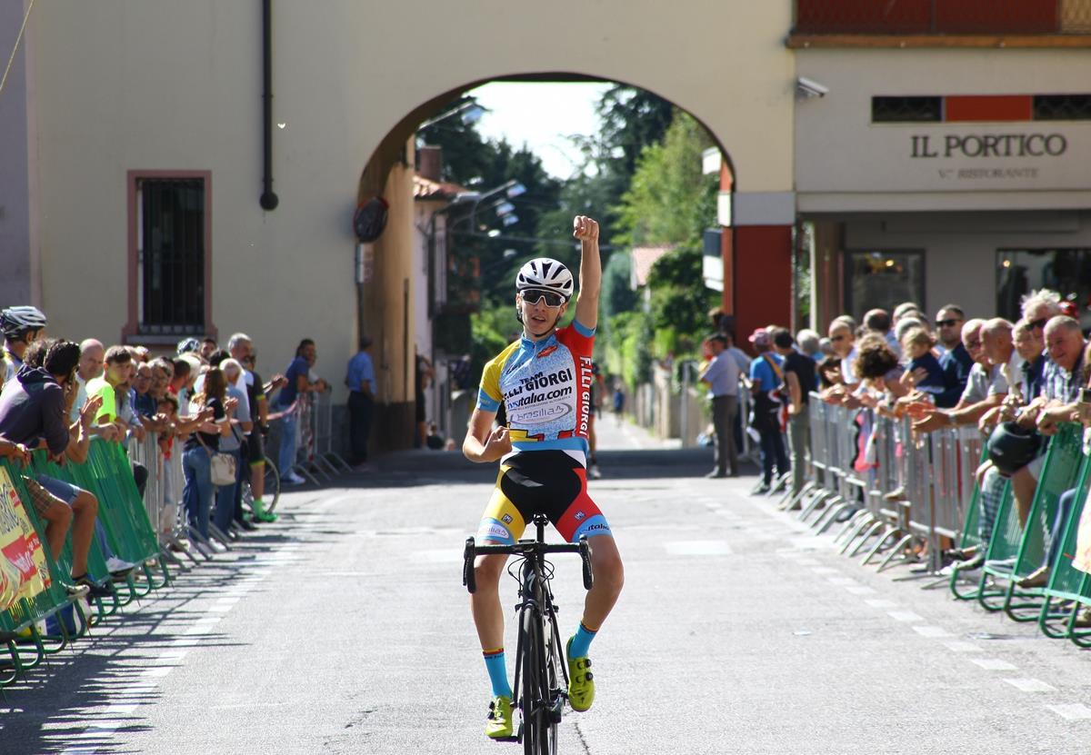 Alessandro Belussi vince ad Appiano Gentile l'ultima prova del Giro della Provincia di Como Allievi 2018