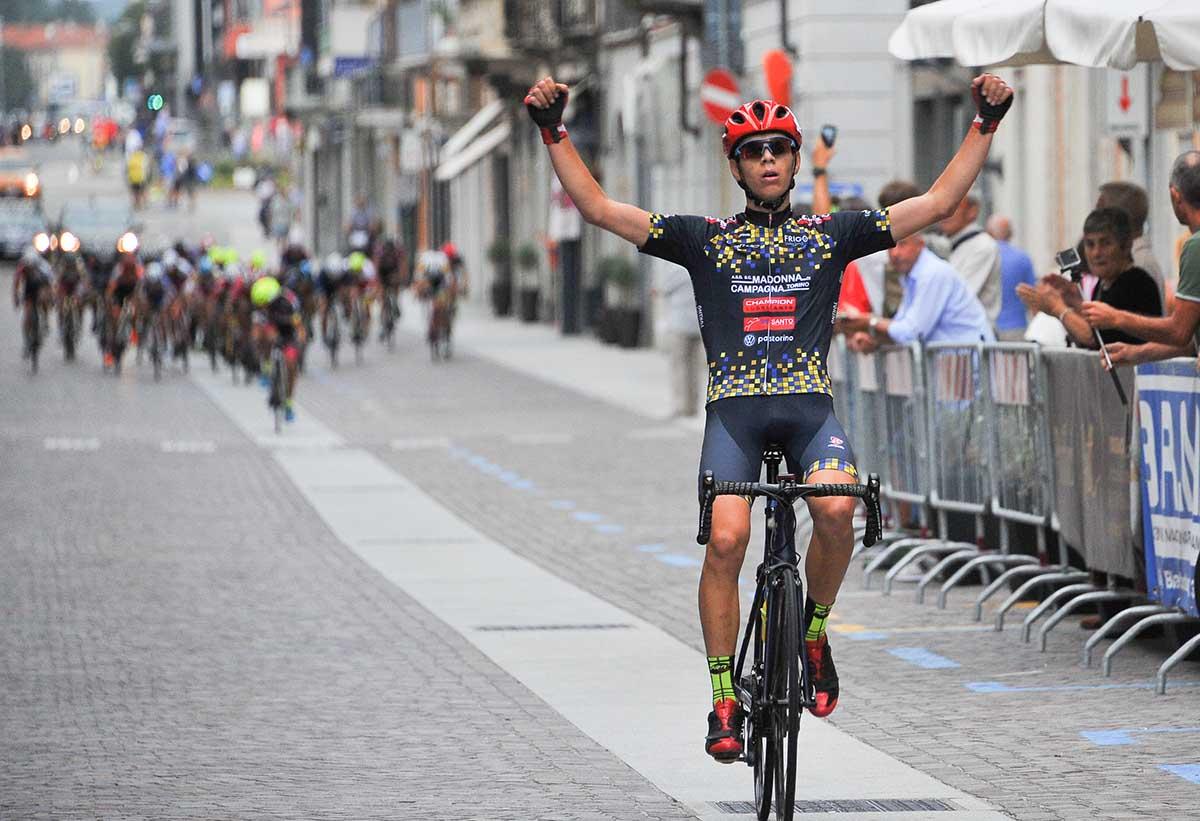 Damiano Valerio vince la Piccola Roubaix Da Burbaneè aBorgomanero