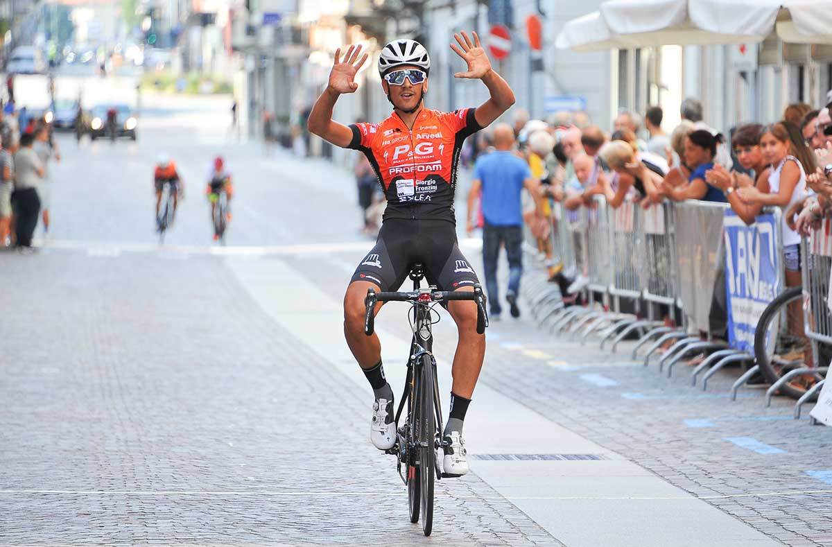 Nicolò Parisini vince la Piccola Roubaix Da Burbaneè aBorgomanero