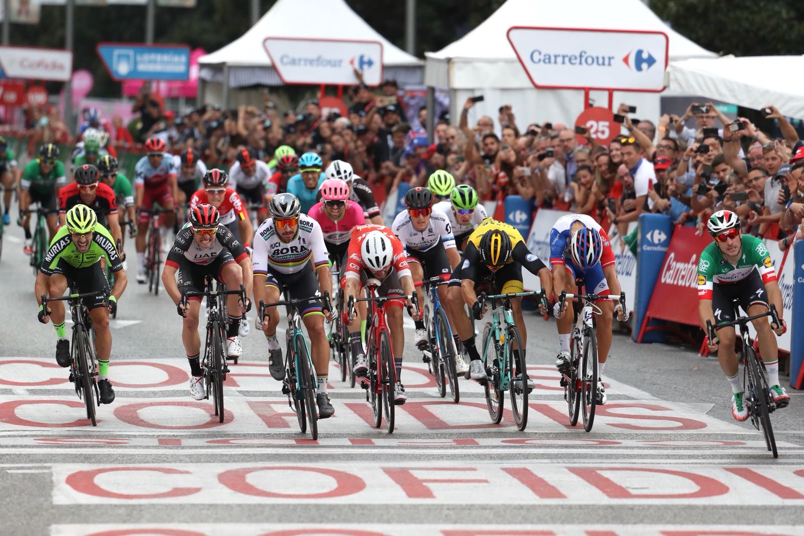 Elia Viviani vince a Madrid l'ultima tappa della Vuelta a Espana