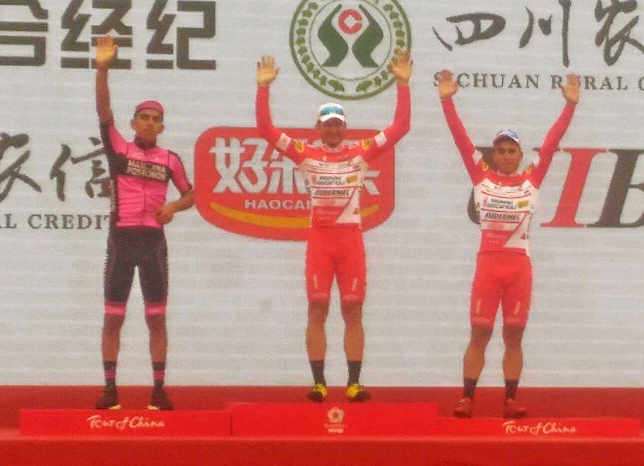 Il podio della terza tappa del Tour of China I vinta da Marco Benfatto